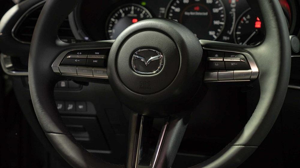สีเบจ ติดตั้งหน้าจอ Infotainment ขนาด 8.8 นิ้ว มีปุ่มควบคุมบริเวณคอนโซลกลาง พร้อมระบบ Mazda Connect