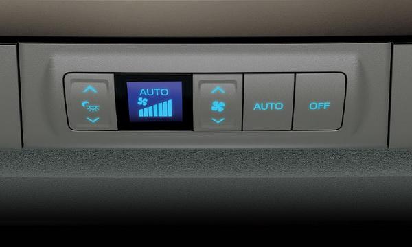แผงควบคุมไฟห้องโดยสาร และเครื่องปรับอากาศแบบแยกส่วนในToyota Innova 2018-2019