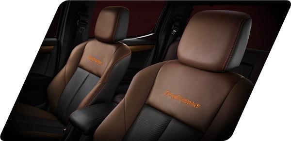 เบาะนั่งกึ่งหนังแท้สีทูโทน น้ำตาล-ดำ เพิ่มความโดดเด่นด้วยด้ายสีส้มรอบตัวเบาะ พร้อมสัญลักษณ์ V-Cross