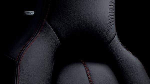 เบาะนั่งหุ้มด้วยหนังเดินตะเข็บด้วยด้ายสีแดงเพื่อให้ได้อารมณ์รถสปอร์ต