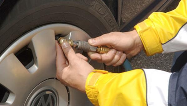 การตรวจสอบความดันลมยางรถยนต์