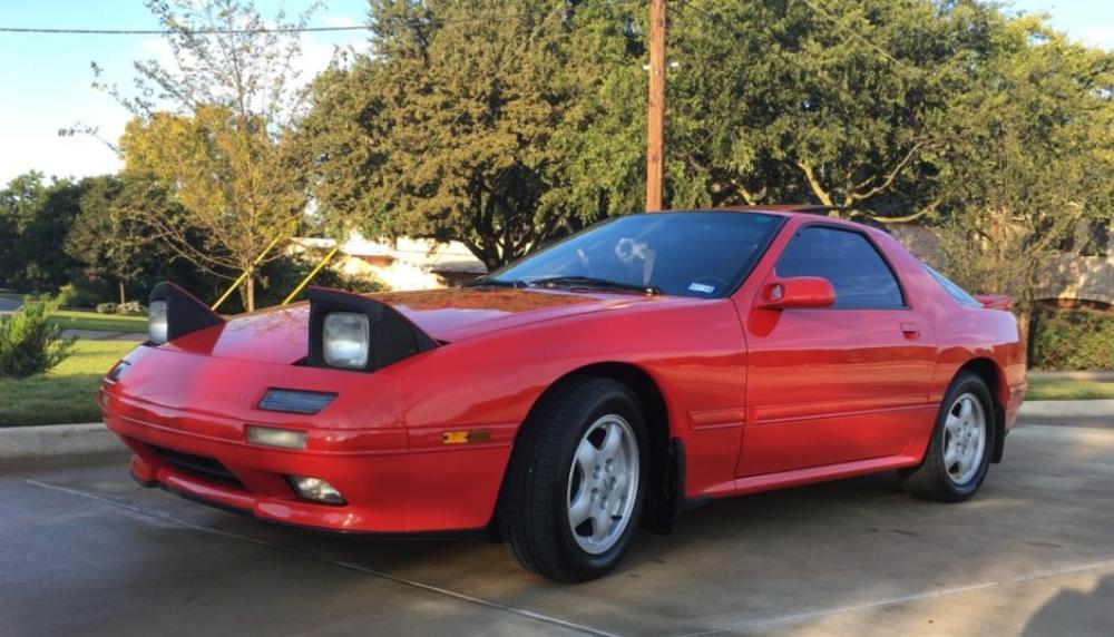 บริษัท Mazda Motor คือผู้สร้างยนตรกรรมที่มีความแปลกแยกแตกต่างจากรถญี่ปุ่นทั่วไป ทั้งจากรูปทรง เครื่องยนต์และระบบรองรับหรือช่วงล่างที่ไม่เป็นสองรองจากค่ายใด
