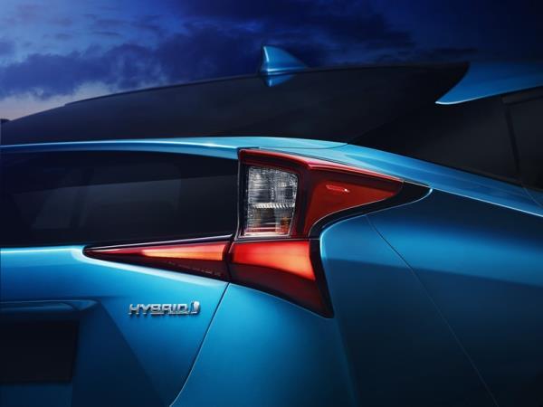 เส้นสายการออกแบบของ Toyota Prius AWD-i 2019