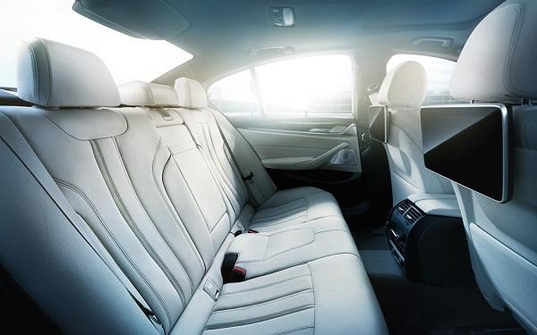 ภายในห้องโดยสารของ BMW 5-Series 2019-2020 Sedan กว้างขวาง โอ่อ่านั่งสบาย