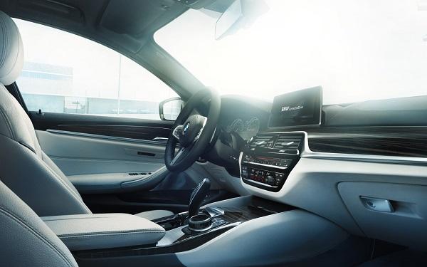 ภายในห้องโดยสารของ BMW 5-Series 2019-2020 Sedan