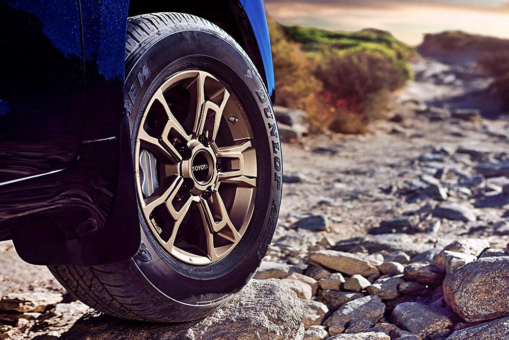 พร้อมโลโก้ Toyota แบบวินเทจที่ดุมล้อ นั้นได้รับการตกแต่งด้วยสีทองแดง