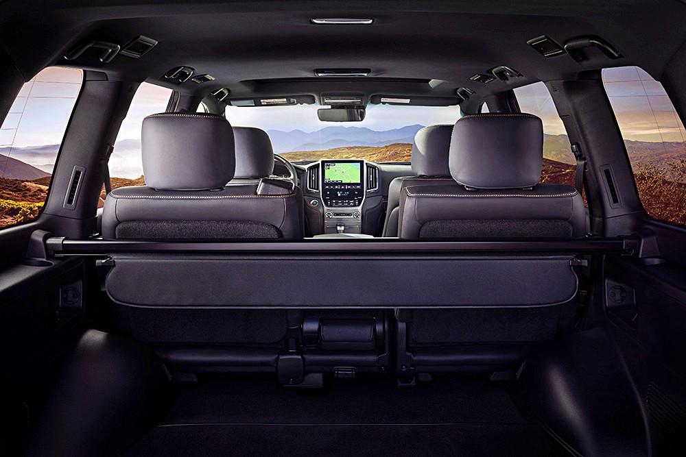 ขณะที่ภายในของ Toyota Land Cruiser Heritage Edition จะอุดมไปด้วยการตกแต่งอย่างหรูหรา