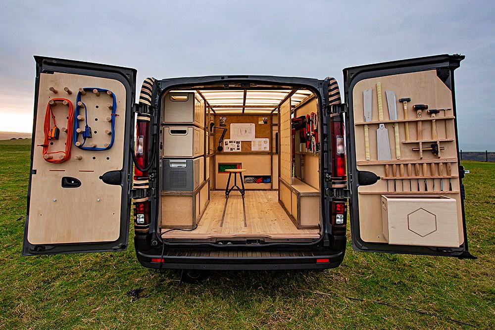 ผนังด้านข้างทั้งสองฝั่งออกแบบให้เป็นตู้เก็บของ