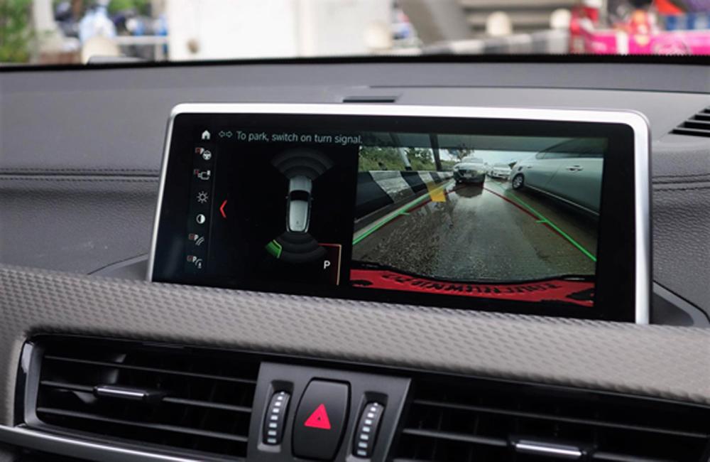 BMW X2 ให้ความบันเทิงผ่านระบบอินโฟเทนเมนท์บนหน้าจอระบบสัมผัสขนาด 8.8 นิ้ว รองรับการเชื่อมต่อข้อมูลไร้สายผ่านสัญญาณบลูทูธ และช่องเสียบ USB