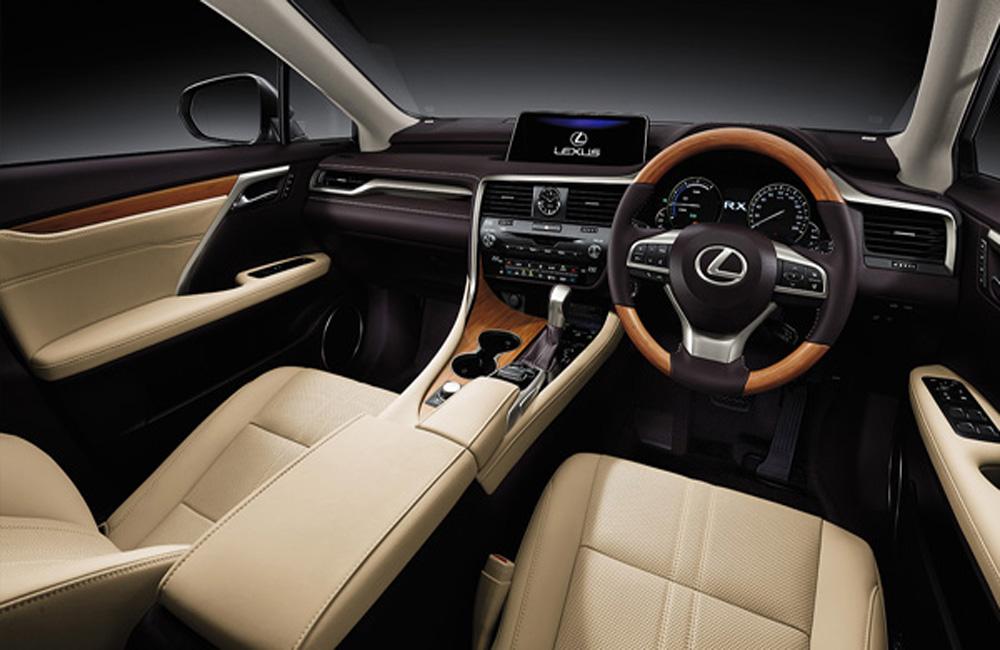 Lexus RX 450h ได้รับการตกแต่งภายในด้วยเฉดสีทูโทนดำ-ครีม คอนโซลหน้าตกแต่งด้วยสีดำคาดด้วยแถบโครเมี่ยม แผงประตูตกแต่งด้วยวัสดุหุ้มหนังสีดำ-ครีมพร้อมลายไม้