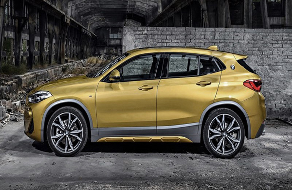 BMW X2 เพิ่มความสะดวกสบายด้วยการติดตั้งกระจกมองข้างสีเดียวกับตัวรถพร้อมไฟเลี้ยวปรับพับได้ด้วยไฟฟ้า มือจับประตูภายนอกสีเดียวกับตัวรถและเสาอากาศแบบครีบฉลาม