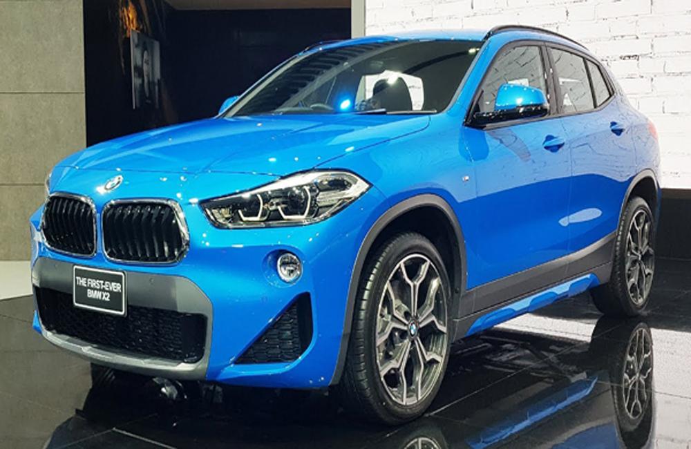 BMW X2 2019 ได้รับการติดตั้งกระจังหน้าสีดำแบบไตคู่ตกแต่งขอบกระจังหน้าด้วยโครเมี่ยม เสริมด้วยการติดตั้งชุดไฟหน้าแบบใหม่ล่าสุด Full LED พร้อมไฟส่องสว่างสำหรับการขับขี่กลางวันแบบ Daytime Driving Light และไฟตัดหมอกหน้า-หลัง