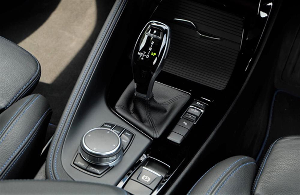 BMW X2 2019 ส่งกำลังด้วยระบบเกียร์อัตโนมัติ 7 สปีด พร้อม Steptronic Dual-clutch ที่ช่วยให้ผู้ขับขี่สามารถเปลี่ยนเกียร์ได้อย่างนุ่มนวลและไร้ซึ่งอาการกระตุก ติดตั้งปุ่มควบคุม iDrive ที่บริเวณคอนโซลเกียร์