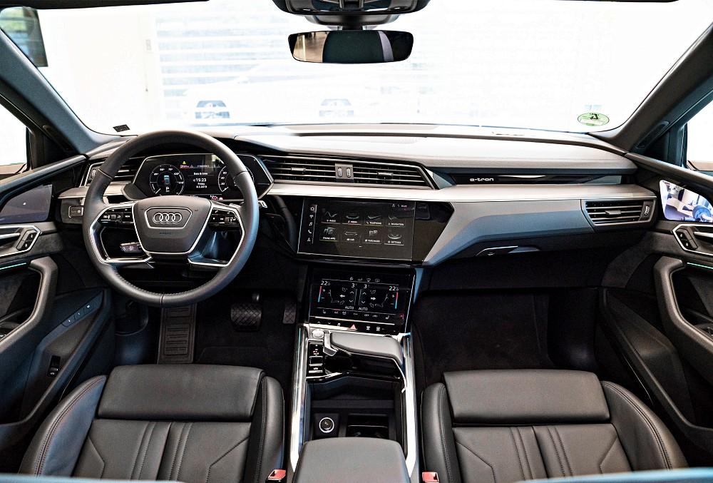ภายในของ Audi e-tron หรูหราด้วยวัสดุคุณภาพสูงตามสไตล์ Audi ที่เนี้ยบเรียบ และดูไฮเทค จอเป็นดิจิทัลทั้งมาตรวัดและแผงอุปกรณ์เพื่อลดปุ่มกด ดูกลมกลืนไปกับแผงหน้าปัด