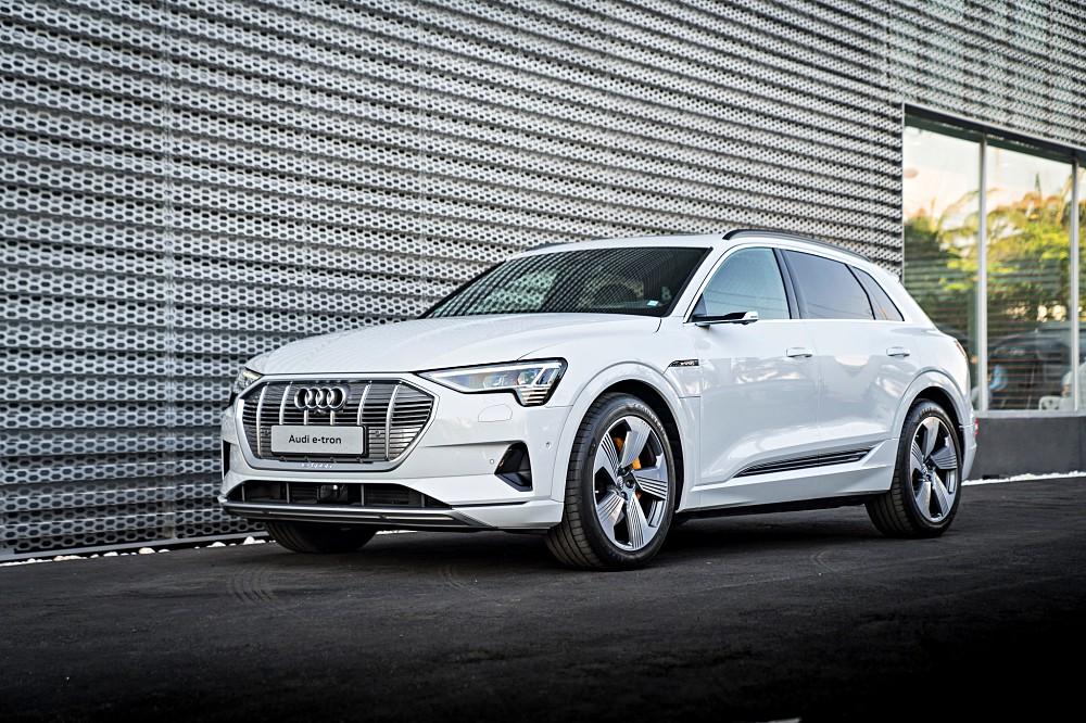 อาวดี้ ประเทศไทย เปิดตัวยนตกรรมรุ่นใหม่ เรียกว่าทันเทรนด์และสถานการณ์ปัญหาฝุ่น PM 2.5 เป็นอย่างมากกับ Audi e-tron 2019 SUV ระดับคอมแพกต์ จำนวน 5 ที่นั่ง ใช้ขุมกำลังมอเตอร์ไฟฟ้า 100% สามารถวิ่งได้ไกล 417 กม. เมื่อแบตเตอรี่เต็มประจุ