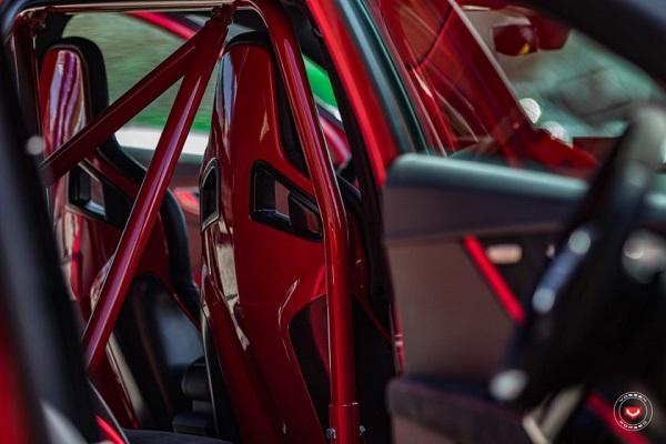 เบาะเท่ๆจาก  Recaro แบบ bucket seats โรบาร์สีแดงเพิ่มความซิ่งไปอีกมิติ