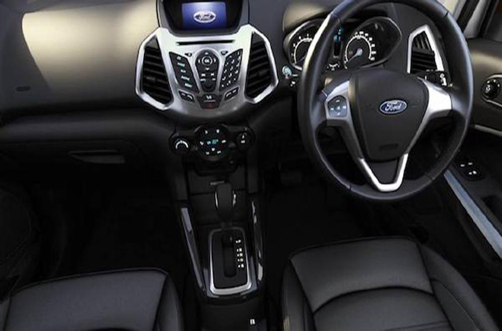 Ford Ecosport ได้รับการตกแต่งภายในอย่างประณีตด้วยโทนสีดำพร้อมมือจับประตูด้านในสีเงิน Silver Paint เพิ่มความสะดวกด้วยกระจกไฟฟ้าหน้า-หลัง พร้อมระบบเปิด-ปิดสัมผัสเดียวด้านคนขับ