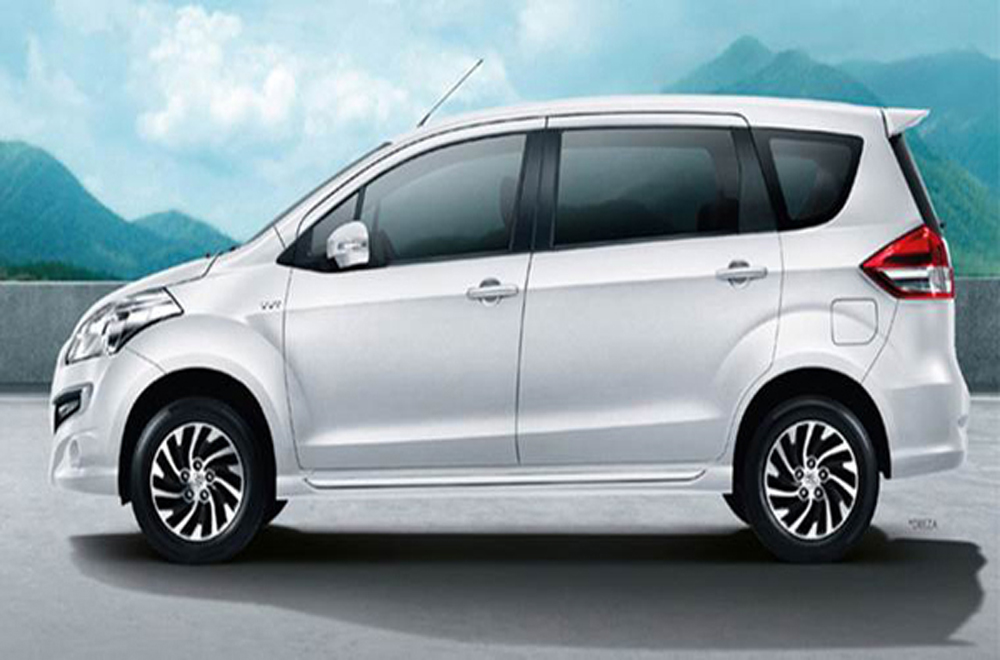 Suzuki Ertiga ติดตั้งกระจกมองข้างปรับและพับได้ด้วยไฟฟ้าพร้อมไฟเลี้ยวในตัว ที่ปัดน้ำฝนด้านหน้าแบบหน่วงเวลา 2 จังหวะ มือจับประตูด้านนอกสีเดียวกับตัวรถพร้อมเส้นสายรอบตัวรถที่ถูกปรับดีไซน์ให้สปอร์ตโฉบเฉี่ยวได้อย่างลงตัว