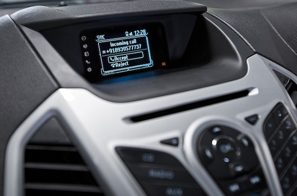 ฟอร์ด เอคโคสปอร์ตให้ความบันเทิงผ่านหน้าจอแสดงข้อมูลอเนกประสงค์ขนาดใหญ่พร้อมเครื่องเล่นวิทยุ , CD , MP3 รวมถึงช่องต่อ AUX และ USB รองรับการเชื่อมต่อข้อมูลไร้สายผ่านสัญญาณบลูทูธ และ ระบบสั่งงานด้วยเสียง SYNC