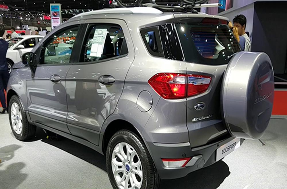 ด้านหลัง Ford Ecosport ติดตั้งฝาครอบยางอะไหล่สีเดียวกับตัวรถ ระบบปัดน้ำฝนด้านหลังพร้อมที่ฉีดทำความสะอาด ติดตั้งไฟตัดหมอกด้านหลัง และ กันชนหลังสีเดียวกับตัวรถ