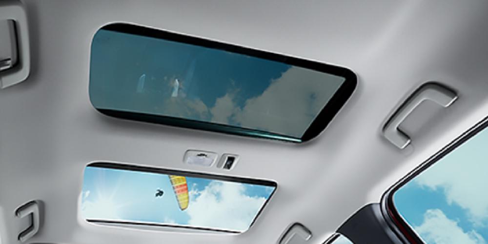 หลังคาซันรูฟแบบคู่พร้อมกระจกบานเลื่อน เพื่อให้คุณได้สัมผัสกับบรรยากาศภายนอกได้ทุกที่ทุกเวลา