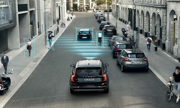 ระบบ Pilot Assist ควบคุมความเร็วรถและบังคับเลี้ยวให้รถอยู่ในช่องทางของตัวเอง