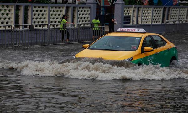 เคล็ดลับการขับรถลุยน้ำท่วมอย่างปลอดภัย