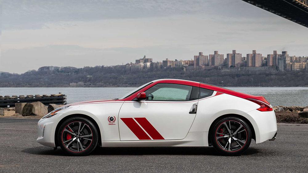 โดยใน 370Z รุ่นพิเศษ ในโทน ขาวแดง