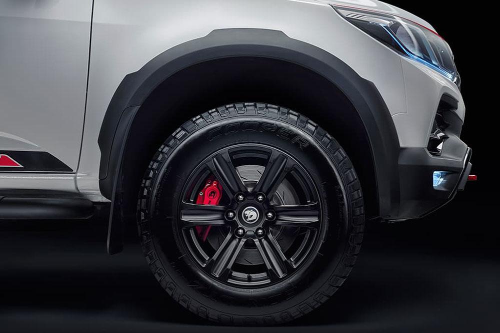 ล้ออัลลอยสีดำด้านขนาด 18 นิ้ว ลาย 6 ก้าน จับคู่ยาง Cooper Zeon LTZ ขนาด 285/60 ขับเน้นด้วยคาลิเปอร์สีแดงสดตามแบบฉบับรถสปอร์ตสมรรถนะสูงจาก HSV