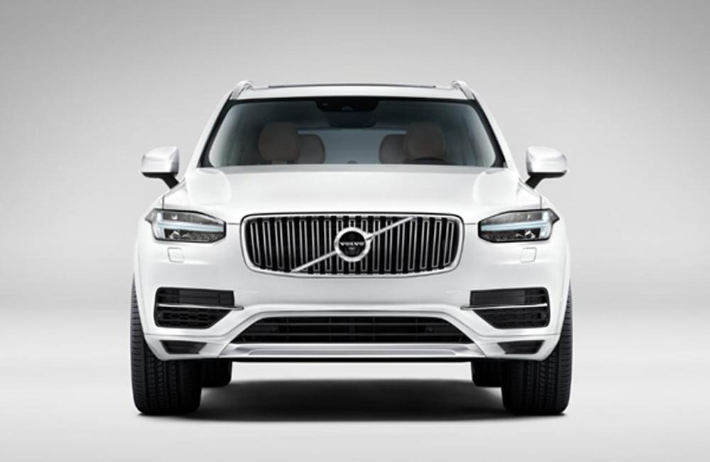 Volvo XC90 T8 Inscription ตอบโจทย์ความเป็น Luxury SUV ด้วยการติดตั้งกระจังหน้าขนาดใหญ่สีเงินสุดหรูติดตั้งไฟหน้าดีไซน์แปลกใหม่แบบ LED สามารถหักเหได้ตามองศาการเลี้ยวของพวงมาลัยและปรับระดับสูงต่ำได้อัตโนมัติ