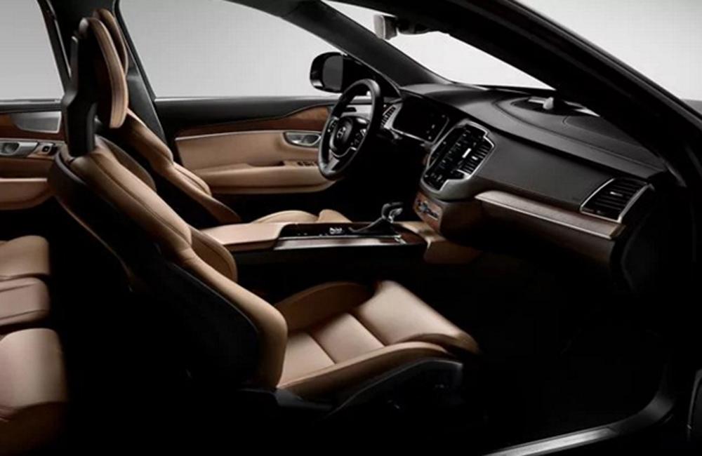 Volvo XC90 T8 Inscription ตกแต่งภายในสไตล์สแกนดิเนเวียน คอนโซลหน้าได้รับการตกแต่งด้วยหนังสีน้ำตาล บริเวณด้านข้างประตูและคอนโซลเกียร์ได้รับการตกแต่งด้วยหนังแท้สีน้ำตาล เบาะนั่งภายในหุ้มด้วยหนังแท้สีน้ำตาลแบบ Perforated Nappa Leather