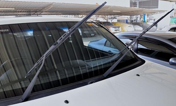จอดรถในพื้นที่โล่งแจ้งจำเป็นต้องยกที่ปัดน้ำฝนขึ้นหรือไม่
