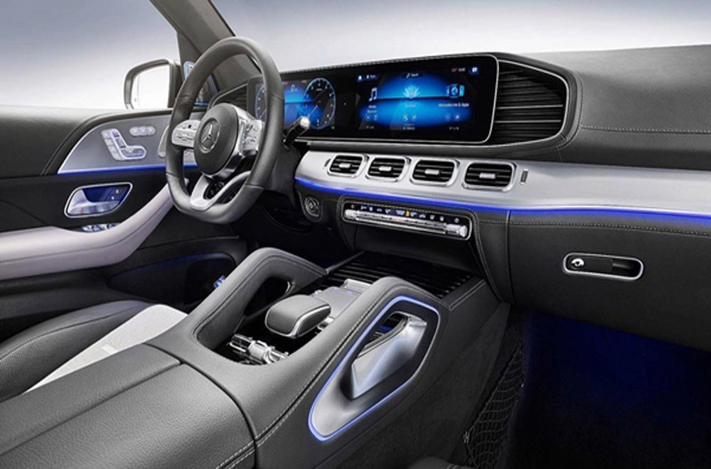 Mercedes-Benz GLE 2019 ตกแต่งภายในด้วยโทนสีดำ คอนโซลหน้าตกแต่งด้วยหนังสีดำสลับกับการตกแต่งด้วยวัสดุสีเงินเพิ่มบรรยากาศให้ดูสปอร์ตมากยิ่งขึ้น ส่วนบริเวณคอนโซลกลางติดตั้งมือจับหุ้มด้วยหนังมาให้ด้วย