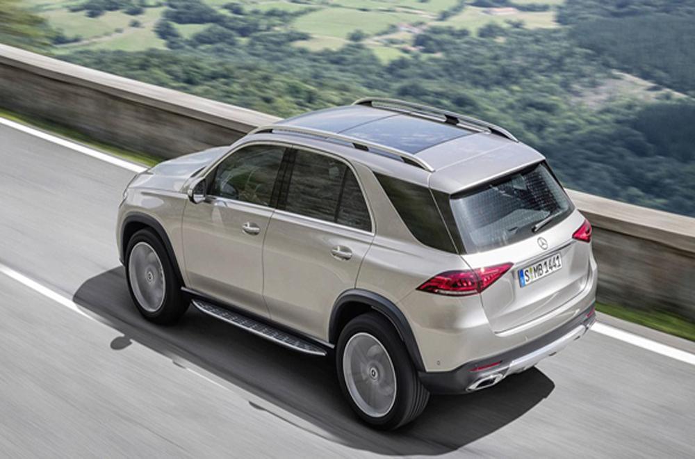 Mercedes-Benz GLE 2019 ติดตั้งไฟท้ายแบบ LED พร้อมไฟเบรกดวงที่ 3 แบบ LED ประตูหลังเปิดได้ด้วยระบบไฟฟ้าผสานกับการติดตั้งสปอยเลอร์หลังทรงสปอร์ต และ ที่ปัดน้ำฝนด้านหลัง ส่วนช่วงล่างได้รับการติดตั้งล้ออัลลอยขนาด 18-22 นิ้ว