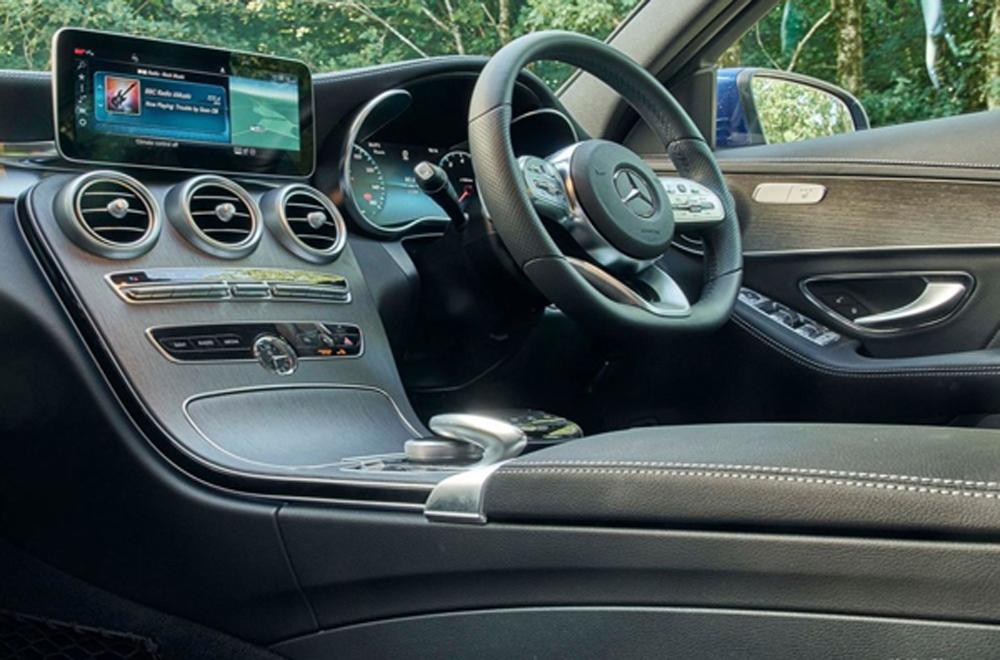 Mercedes Benz C-Class ได้รับการตกแต่งภายในอย่างประณีตผ่านการติดตั้งเบาะนั่งหุ้มด้วยหนังแบบสปอร์ต เบาะนั่งคู่หน้าปรับระดับด้วยไฟฟ้าพร้อมบันทึกความจำสำหรับตำแหน่งที่นั่งพวงมาลัยและกระจกมองข้าง ส่วนเบาะนั่งด้านหลังสามารถปรับพับได้แบบ1/3 และ 2/3