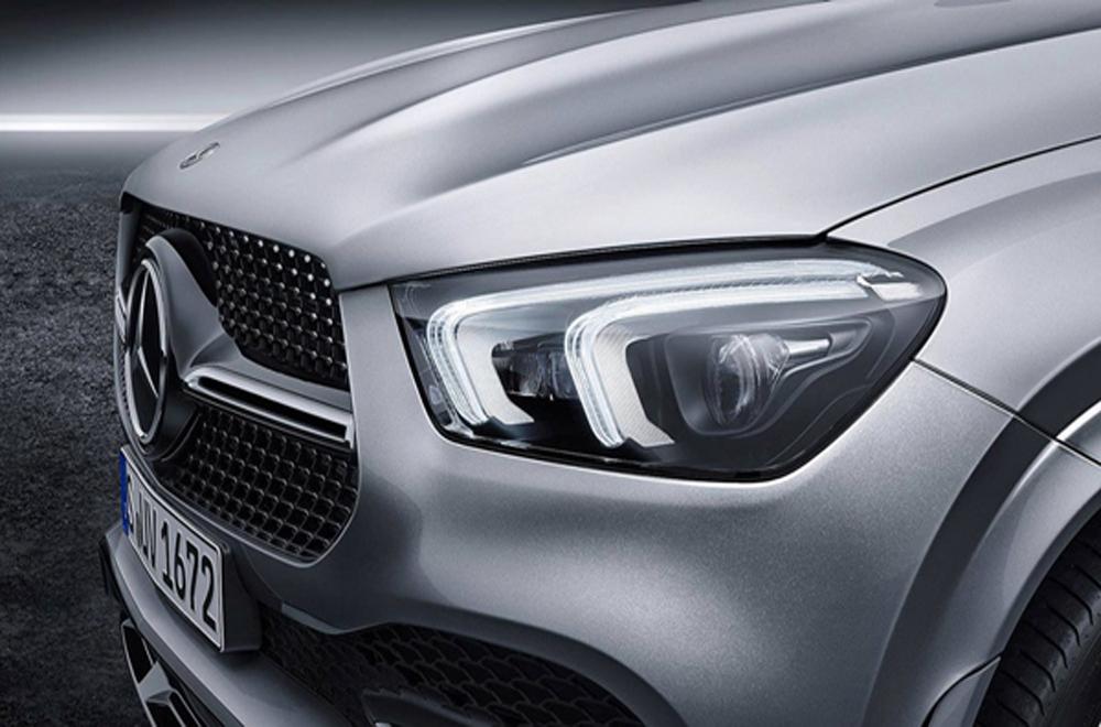 Mercedes-Benz GLE 2019 รถเอสยูวีรุ่นเรือธงจากเบนซ์ได้รับการติดตั้งไฟหน้าแบบ LED พร้อมไฟส่องสว่างสำหรับการขับขี่กลางวัน Daytime Running lights แบบคู่พร้อมระบบปรับไฟหน้าสูง-ต่ำอัตโนมัติ และ ฟังก์ชั่นไฟหน้าหักเหตามองศาการหักเลี้ยวของพวงมาลัย