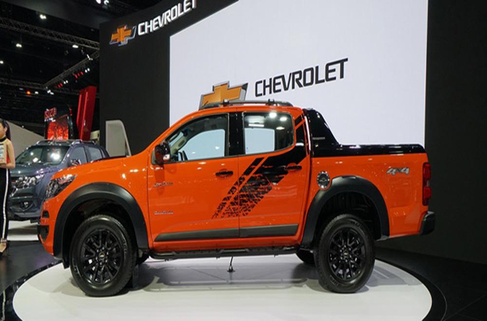 Chevrolet Colorado เพิ่มความโดดเด่นด้วยซุ้มล้อขนาดใหญ่ผนวกกับมือจับประตูภายนอกสีโครเมียม ติดตั้งราวหลังคาเสริมมาให้เพื่อการบรรทุกสัมภาระเพิ่มเติม และ กระจกมองข้างพร้อมไฟเลี้ยวในตัวปรับพับได้ด้วยไฟฟ้า