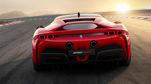 ไฟท้ายรูปทรงกลมบ่งบอกถึงความเป็น Ferrari