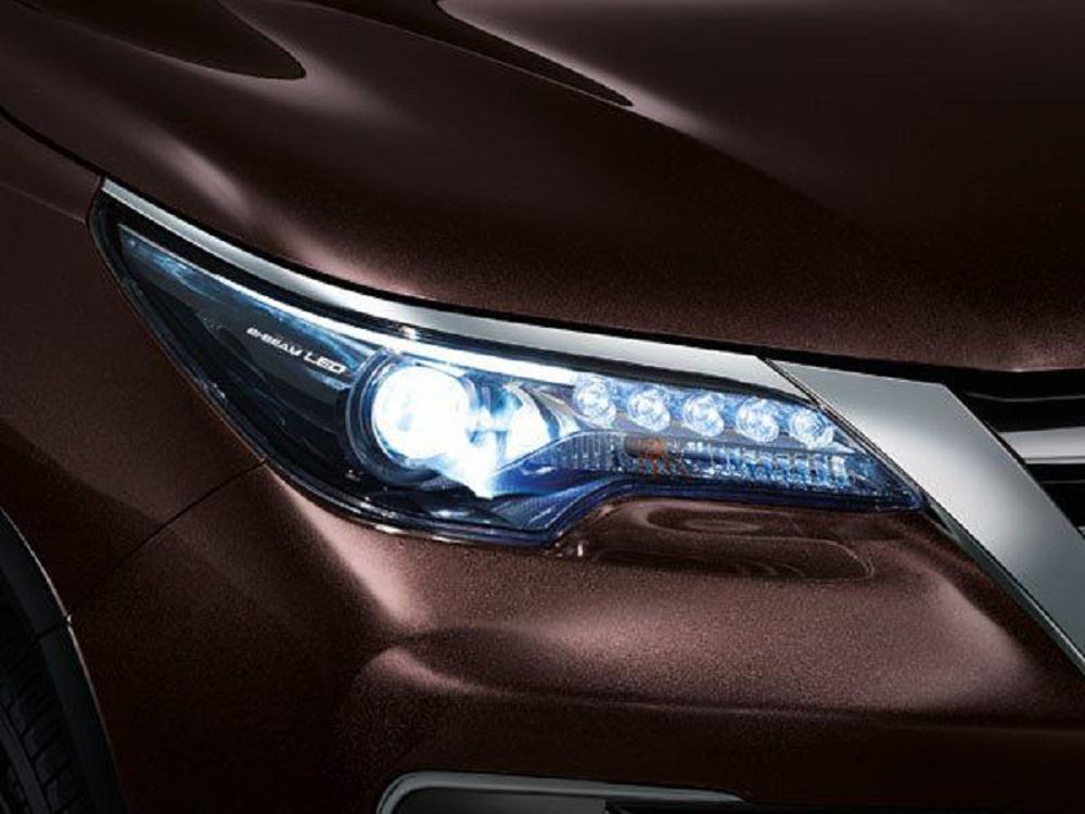 ไฟหน้า Bi-Beam LED  สร้างความโดดเด่นให้กับ New Toyota Fortuner 2.4 G ด้วยไฟ LED โปรเจคเตอร์ ที่เพิ่มแสงส่องสว่างให้เจิดจรัสเหนือใคร