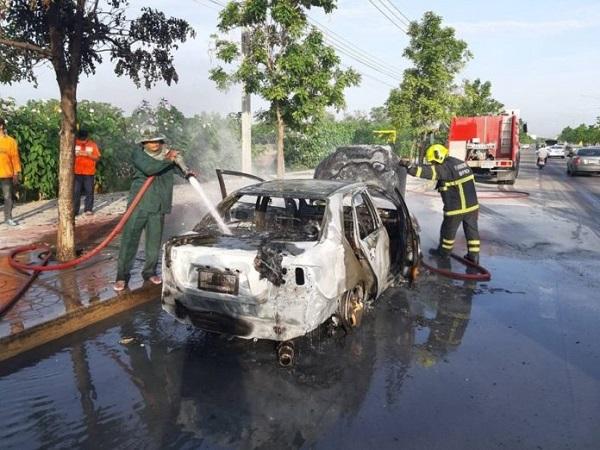 พลเมืองดีและเจ้าหน้าที่เข้าฉีดน้ำเพื่อดับไฟอยู่ประมาณ 10 นาที เพลิงจึงสงบลง