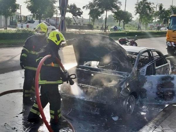 รถเก๋งคันดังกล่าวถูกไฟไหม้เสียหายทั้งคัน