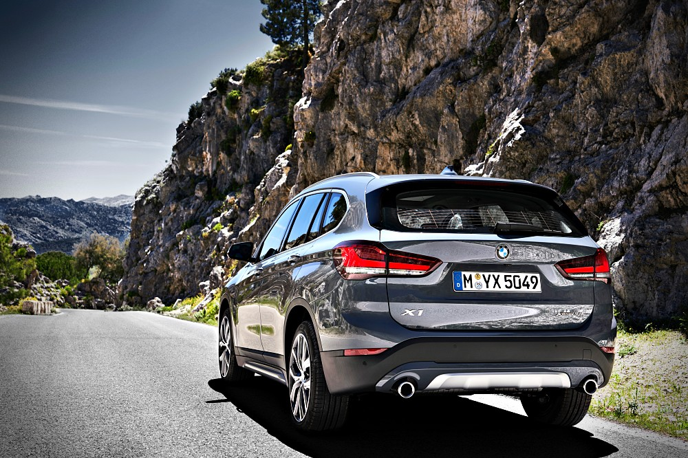 และที่พิเศษสำหรับทางเลือกขุมพลังการขับเคลื่อน BMW  X1 รุ่นนี้ก็คือการเพิ่มเครื่องยนต์แบบ Plugin Hybrid ซึ่งเป็นครั้งแรกสำหรับตลาดภูมิภาคอื่นนอกจากกลุ่มตลาดแดนมังจีน ที่จะมากับรุ่น xDrive25e ซึ่งใช้เครื่องยนต์เทอร์โบตู่ 125 แรงม้า