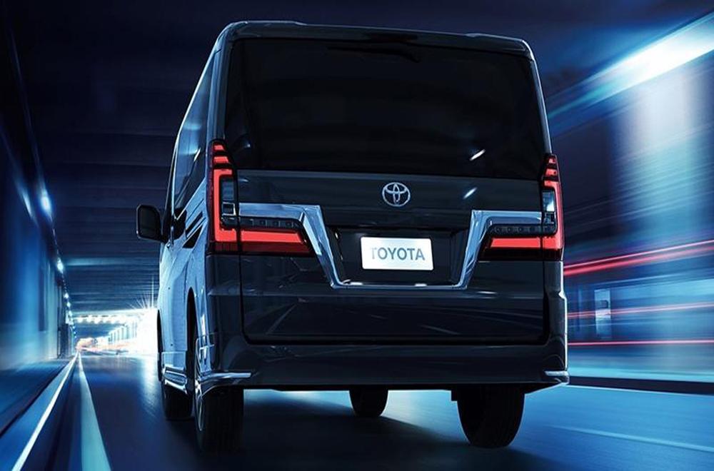 ด้านหลัง Toyota Granvia 2020 ติดตั้งสปอยเลอร์หลังทรงสปอร์ตและไฟเบรกดวงที่ 3 แบบ LED ส่วนช่วงล่างเป็นแบบ Four Link และยังติดตั้งล้ออัลลอยแบบสปอร์ตอีกด้วย