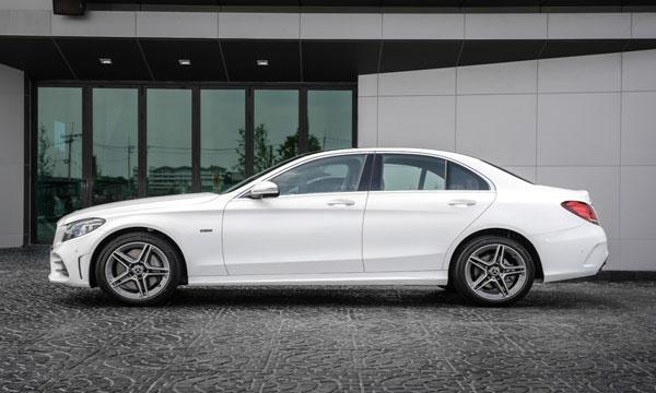 ด้านข้าง Mercedes-Benz C 300 E AMG Dynamic
