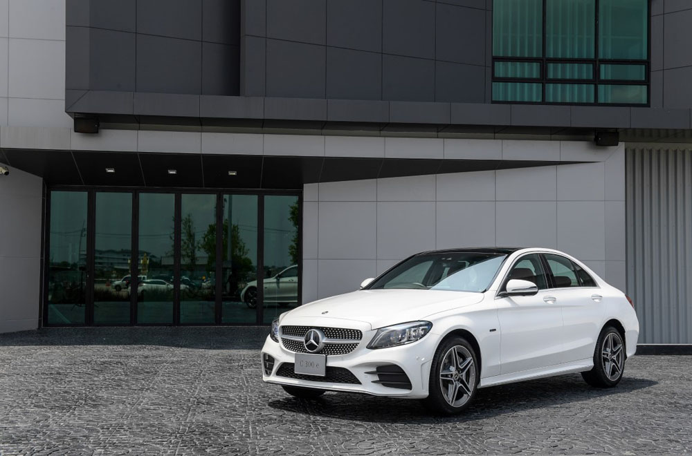 Mercedes-Benz C 300 e AMG Dynamic ได้รับการติดตั้งกระจังหน้าแบบ Diamond Grille เสริมด้วยล้ออัลลอยดีไซน์สปอร์ตจาก AMG แบบ 5 ก้านคู่ ขนาด 18 นิ้ว พร้อมกันชนหน้า-หลัง