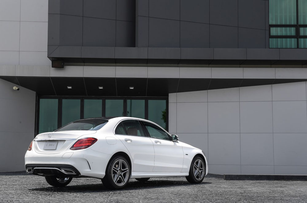 Mercedes-Benz C 300 e AMG Dynamic เพิ่มความประทับใจในทุกทริปการเดินทางผ่านหลังคาพาโนรามิคซันรูฟเปิด-ปิด ได้ด้วยระบบไฟฟ้า ระบบไฟหน้าแบบ Multibeam LED พร้อมระบบปรับไฟสูงแบบ Ultra Range Highbeam