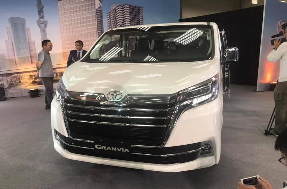 Toyota Granvia 2020 ถูกพัฒนาขึ้นภายใต้แฟลตฟอร์มเดียวกันกับ Toyota Alphard ส่งผลให้มีความคล้ายคลึงกันเป็นอย่างมาก ไฟหน้าเป็นแบบ LED พร้อมไฟส่องสว่างสำหรับการขับขี่กลางวันแบบ Daytime running Lights และ กระจังหน้าแบบโครเมียมขนาดใหญ่