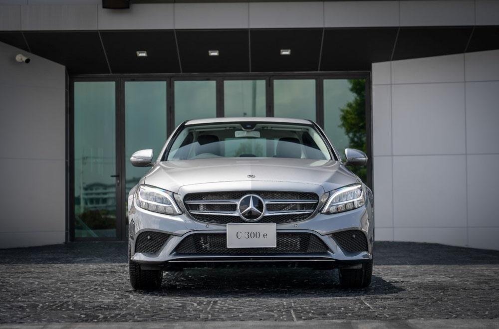 Mercedes-Benz C 300 e Avantgarde ติดตั้งกระจังหน้าสีเงินโครเมียมพร้อมสัญลักษณ์เมอร์เซเดส-เบนซ์ ช่วงล่างได้รับการติดตั้งล้ออัลลอยแบบ 5 ก้านคู่ ขนาด 18 นิ้ว และไฟหน้าแบบ LED High Performance
