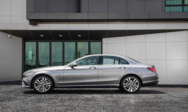 ด้านข้าง Mercedes-Benz C 300 e Avantgarde