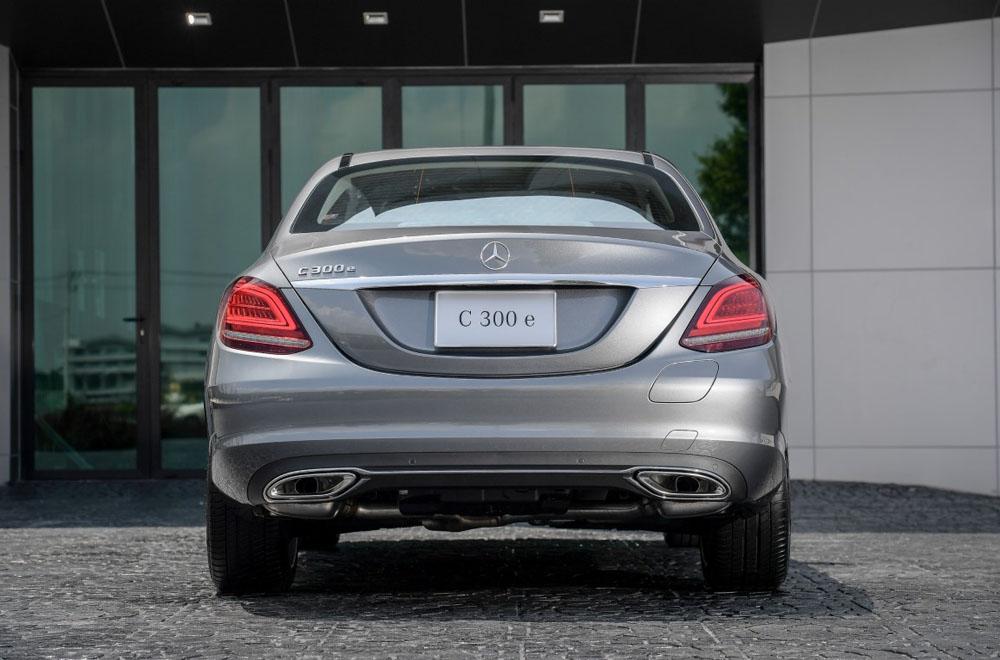ด้านหลัง Mercedes-Benz C 300 e Avantgarde ได้รับการติดตั้งไฟท้ายแบบ LED ไฟเบรกดวงที่ 3 แบบ LED ท่อไอเสียแบบคู่